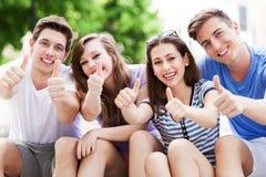 Gente joven con los pulgares para arriba Imagen de archivo libre de regalías