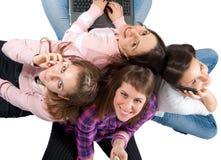 Gente joven con los teléfonos celulares y la computadora portátil Fotografía de archivo libre de regalías