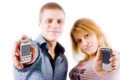 Gente joven con los teléfonos móviles Fotos de archivo