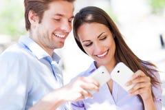 Gente joven con los teléfonos móviles Foto de archivo libre de regalías