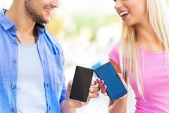 Gente joven con smartphones Fotos de archivo libres de regalías