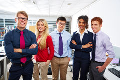 Gente joven del equipo del negocio que coloca étnico multi Foto de archivo libre de regalías