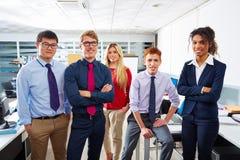 Gente joven del equipo del negocio que coloca étnico multi Imágenes de archivo libres de regalías