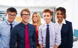 Gente joven del equipo del negocio que coloca étnico multi Imagen de archivo libre de regalías