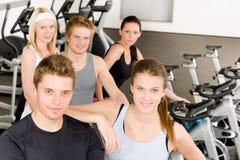 Gente joven del grupo de la aptitud en la bicicleta de la gimnasia Imagenes de archivo
