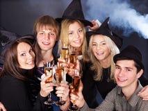 Gente joven del grupo en el club nocturno. Imagenes de archivo