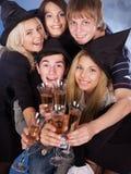 Gente joven del grupo en el club nocturno. Fotos de archivo