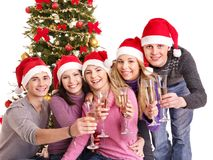 Gente joven del grupo en el sombrero de Papá Noel. Fotografía de archivo