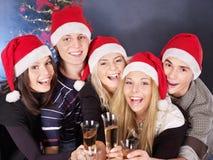 Gente joven del grupo en el sombrero de santa. Fotos de archivo libres de regalías