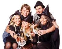 Gente joven del grupo en partido. Fotos de archivo