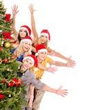 Gente joven del grupo por el árbol de navidad. Fotografía de archivo