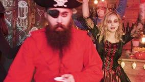 Gente joven disfrazada como diverso carácter asustadizo en un partido de Halloween metrajes
