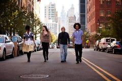 Gente joven en ciudad Imágenes de archivo libres de regalías
