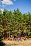 Gente joven en del bosque vertical de par en par Foto de archivo libre de regalías