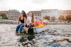 Gente joven en el barco del pedal en el lago Fotografía de archivo libre de regalías