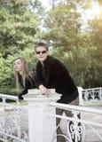 Gente joven en el parque en el puente imagenes de archivo