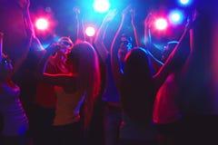 Gente joven en el partido. Imagenes de archivo