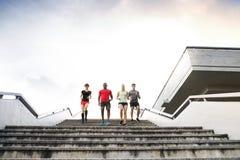 Gente joven en la ciudad que corre abajo de las escaleras Fotos de archivo