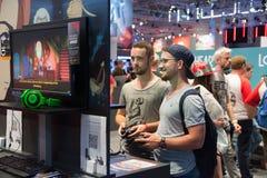 Gente joven en la exposición Gamescom Fotografía de archivo
