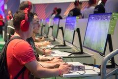 Gente joven en la exposición Gamescom Fotos de archivo