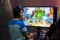 Gente joven en la exposición Gamescom Imagenes de archivo