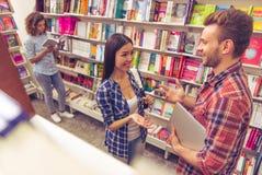 Gente joven en la librería Fotografía de archivo libre de regalías