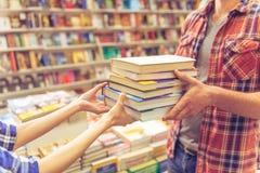 Gente joven en la librería fotografía de archivo