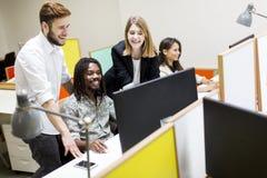 Gente joven en la oficina Imagenes de archivo