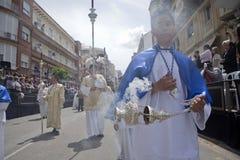 Gente joven en la procesión con las hornillas de incienso Fotos de archivo libres de regalías