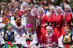 Gente joven en la ropa étnica tradicional Foto de archivo
