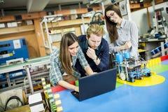 Gente joven en la sala de clase de la robótica imágenes de archivo libres de regalías