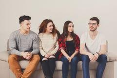 Gente joven en la sentada casual en el sofá Fotos de archivo libres de regalías