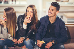 Gente joven en ropa casual que come la pizza Fotografía de archivo libre de regalías