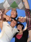 Gente joven en un cielo del fondo. Fotografía de archivo
