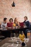 Gente joven en un restaurante Fotografía de archivo libre de regalías