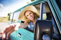 Gente joven en un viaje por carretera Foto de archivo libre de regalías
