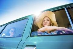 Gente joven en un viaje por carretera Imágenes de archivo libres de regalías