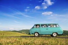 Gente joven en un viaje por carretera Fotos de archivo libres de regalías