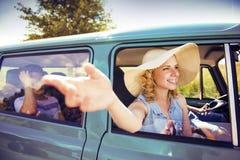 Gente joven en un viaje por carretera Imagenes de archivo