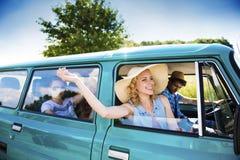 Gente joven en un viaje por carretera Imagen de archivo libre de regalías