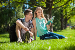 Gente joven feliz al aire libre foto de archivo