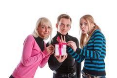 Gente joven feliz con el rectángulo de regalo Imagenes de archivo