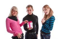 Gente joven feliz con el rectángulo de regalo Fotos de archivo