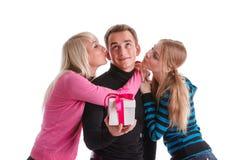Gente joven feliz con el rectángulo de regalo Foto de archivo