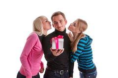 Gente joven feliz con el rectángulo de regalo Foto de archivo libre de regalías
