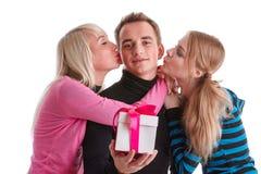 Gente joven feliz con el rectángulo de regalo Imagen de archivo libre de regalías