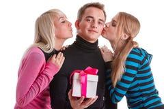 Gente joven feliz con el rectángulo de regalo Fotos de archivo libres de regalías