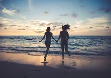 Gente joven feliz en la playa Imágenes de archivo libres de regalías