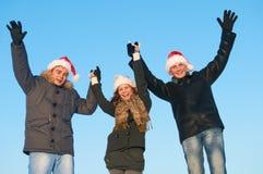 Gente joven feliz que celebra invierno del Año Nuevo al aire libre Fotografía de archivo libre de regalías