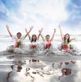 Gente joven feliz que goza de una playa en verano con la cámara lenta y el concepto borroso Imagen de archivo